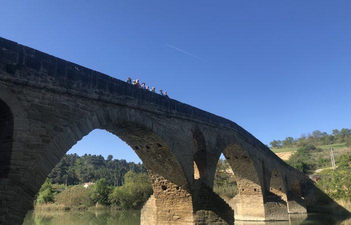 Pilger auf der Brücke in Puente la Reina