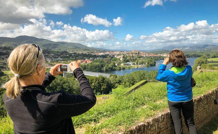Pilger auf der Festung Valenca Blick auf Tui