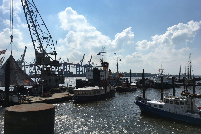 Hamburger Hafen mit Kränen und kleinen Schiffen